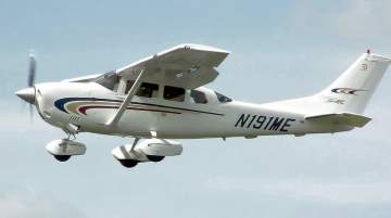 With wings positioned above the windows, the Cessna 206 ensures passengers have unobstructed views