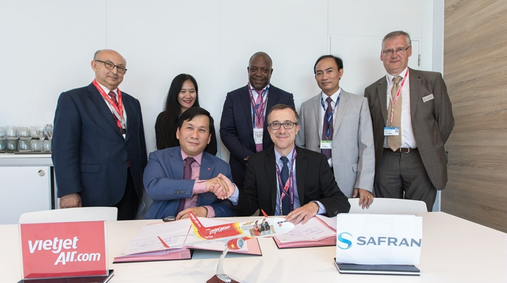 From left: Dinh Viet Phuong and François Planaud, vice president, material services, Safran Aircraft Engines