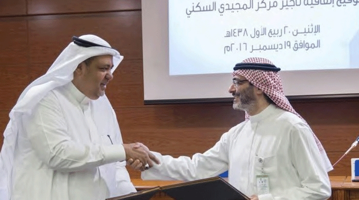 Ziyad Bin Mahfouz, CEO, Elaf Group (left) and Aymen Bin Hamza Saeed, CEO, Al Aqeeq Real Estate Development (right) during the signing ceremony