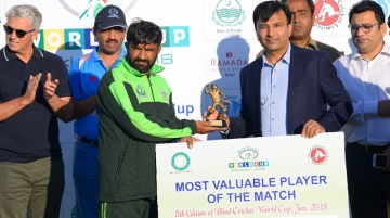 Hamdani (R) presents the prize for most valuable player in the India vs Pakistan match