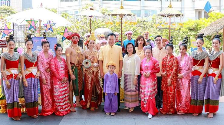 Yuthasak Supasorn, and on his right, Sujitra Jongchansitto, in a group photo with traditional Thai dance performers